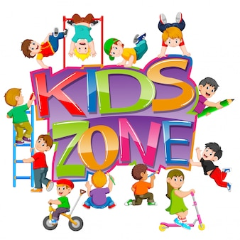 キッズゾーンのテキストとその周りで遊んでいる子供たち