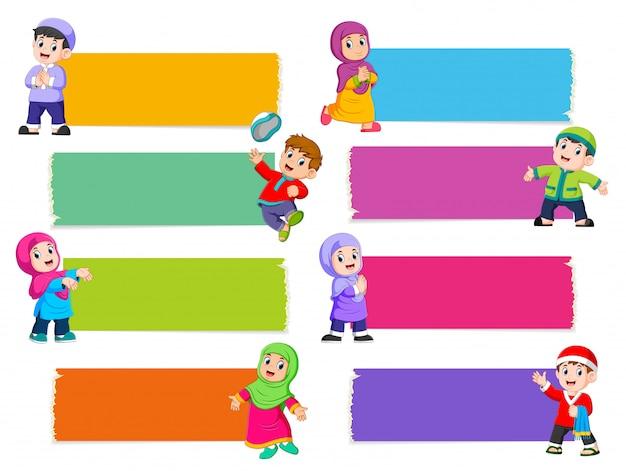 イスラムの子供たちと異なる色の空白のボードのコレクション