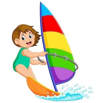 Профессиональная девушка стоит на парусной лодке