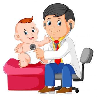 医者は男の赤ちゃんをチェックしています