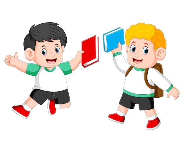 子供たちは本を持って一緒にジャンプしています