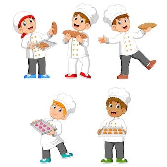 Коллекция шеф-повара держит свой хлеб и печенье