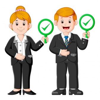 承認サインプラカードを示すビジネス人々