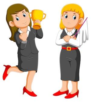 トロフィーカップとビジネスの女性を保持しているビジネスの女性は、降伏の白い旗を保持しています