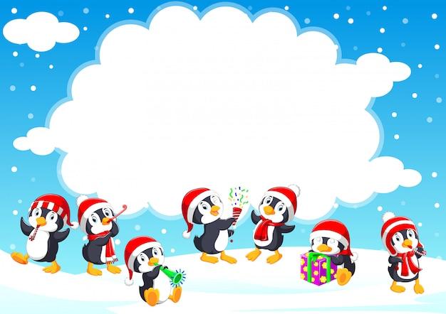 Забавный маленький пингвин в красной вязаной нордической шапке зимой
