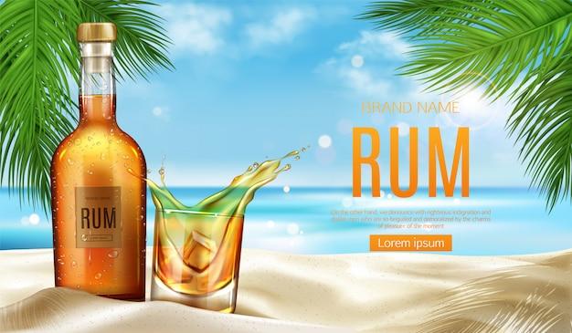 ラム酒のボトルとグラスに氷が砂浜に立つ