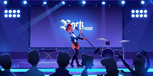 ロックミュージックコンサートを実行するステージ上の歌手。マイクを使ってシーンで歌を歌っている女性、ライブ楽器、機器、照明でショーを見ているファン。