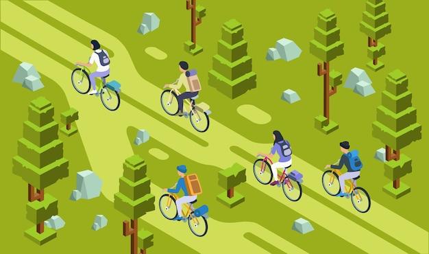 Туристы мужчин и женщин, ездящие на велосипеде вместе в лесу