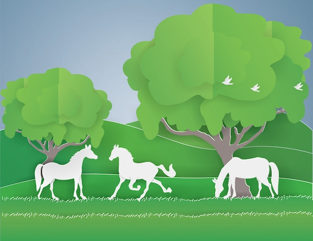 緑の森の中の馬の家族