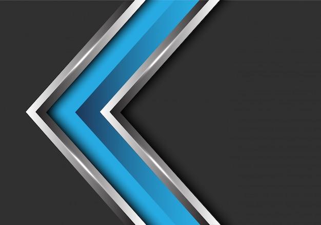 Голубая серебряная стрелка направление на фоне серого пустого пространства.