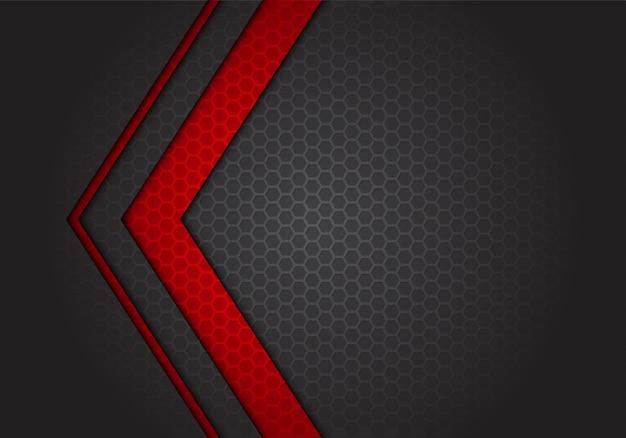 暗い灰色の六角形メッシュの背景に抽象的な赤い矢印の方向。