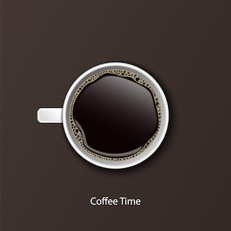 白いカップでコーヒーを上から見る