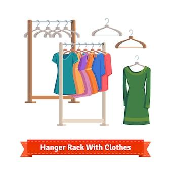 Вешалка для одежды с платьями на вешалках
