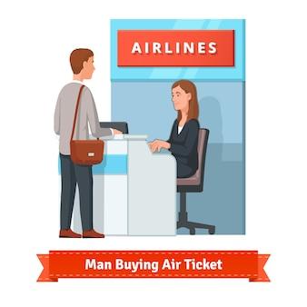 空港で出張のチケットを買う男