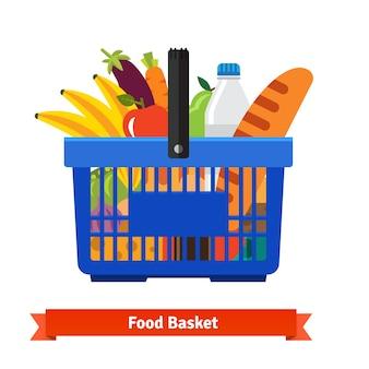 健康的な有機生鮮食品がいっぱいのショッピングバスケット