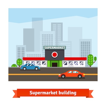 道端のスーパーマーケットと街並みの背景