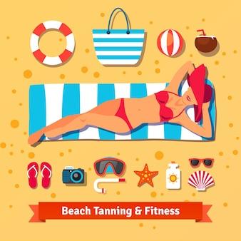 美しい女性がビーチで日焼けしています。海の休暇
