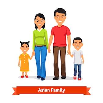 一緒に歩いて手を握っているアジア人家族