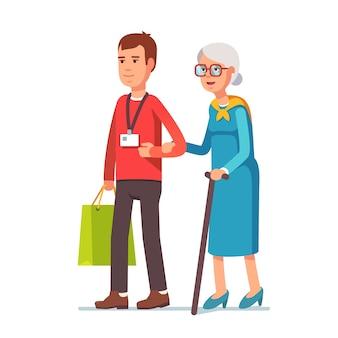 Человек социальный работник, помогая старшей седой женщине
