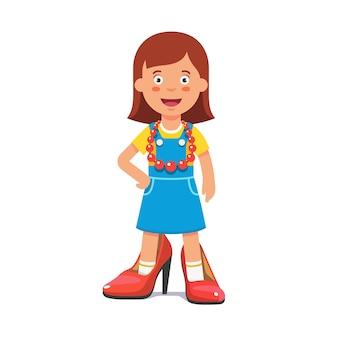 Маленькая милая девушка притворяется, что она выросла леди