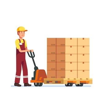 ハンドフォークリフターを牽引する倉庫労働者の男