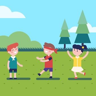 屋外の目隠しゲームをしている子供たち