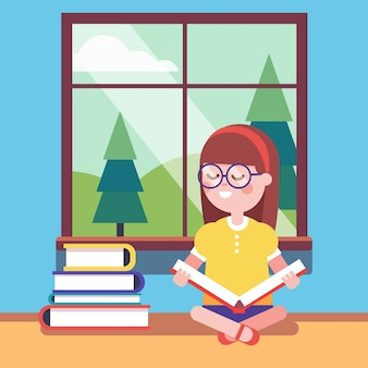 Умная девушка в очках, читающая большую книгу