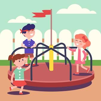 カルーセルで遊ぶ子供たちのグループ