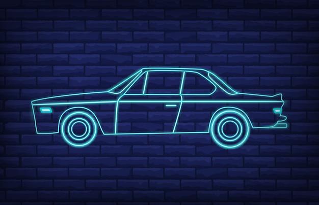 レンガの壁に輝くレトロな車のネオンサイン