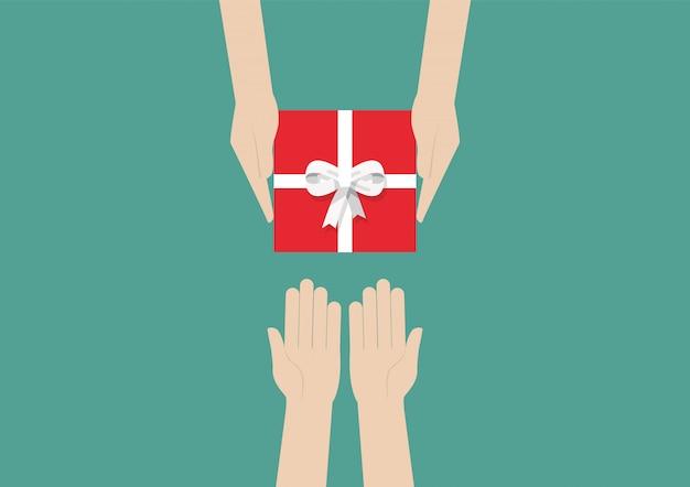 Руки держат подарок или подарочную коробку