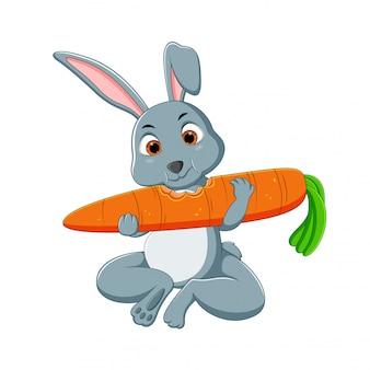 かわいい漫画のウサギはニンジンを食べる