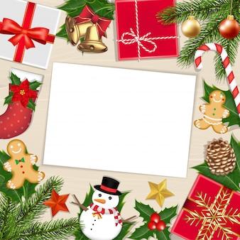 Белая бумага на деревянной доске с рождественским объектом