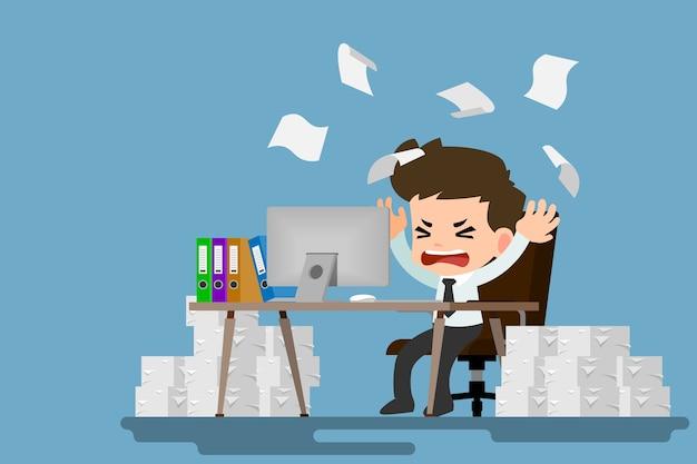 ビジネスマンは疲れて、仕事で多くの机でストレスを感じる