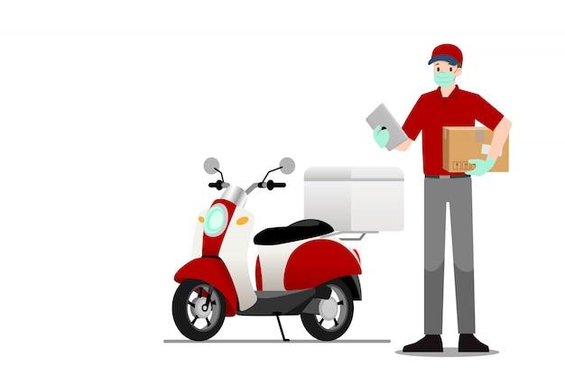 Человек доставки стоит и держит умный планшет и посылку перед мотоциклом.