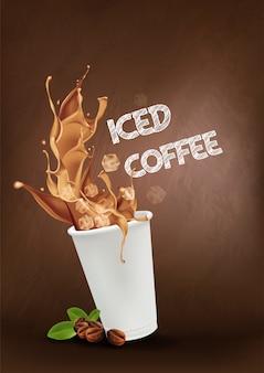Кофе со льдом, льющийся в чашку на вынос