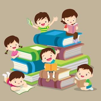 かわいい男の子と女の子の本を読んでいます。子供団体の読書