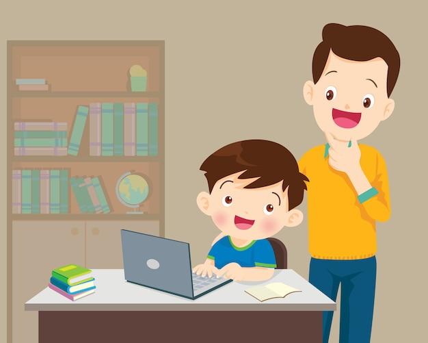お父さんと子供の少年のラップトップ