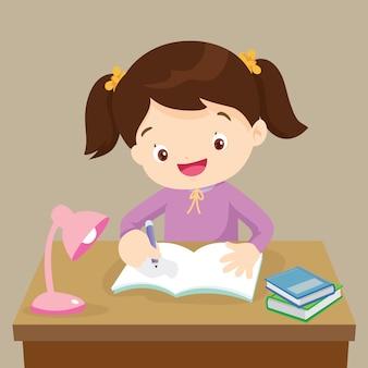 Милая девушка работает на домашнее задание