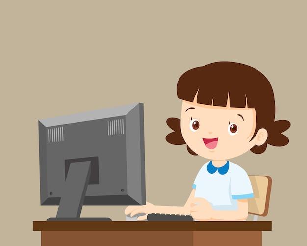 学生の女の子がコンピューターでの作業