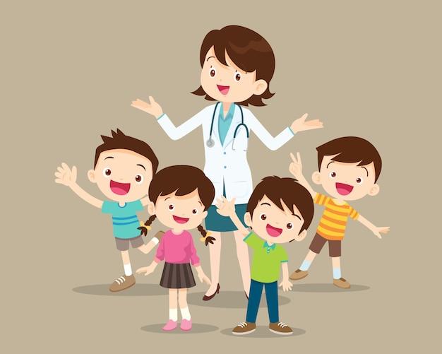 Женщина-врач с детьми счастливы