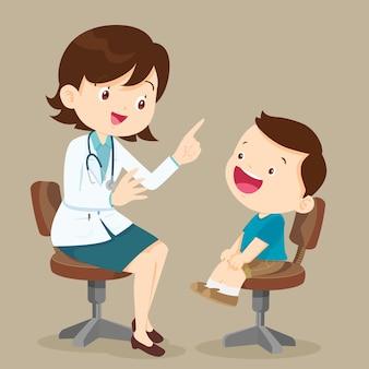 Милый мальчик видит женского доктора