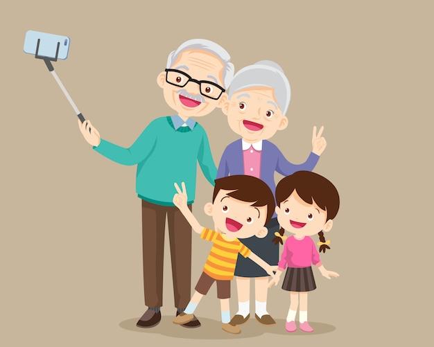 Пожилая пара делает селфи фото со смартфона