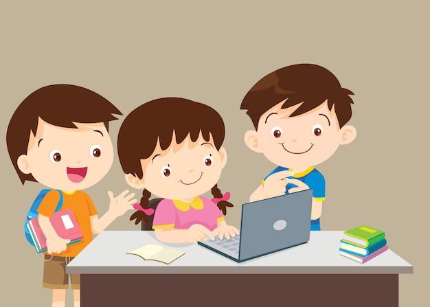 学生の男の子と女の子が黒板の前に座っています。