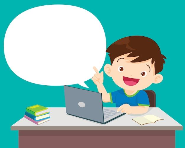 Студенты мальчик сидел с ноутбуком и разговаривает с речи пузырь