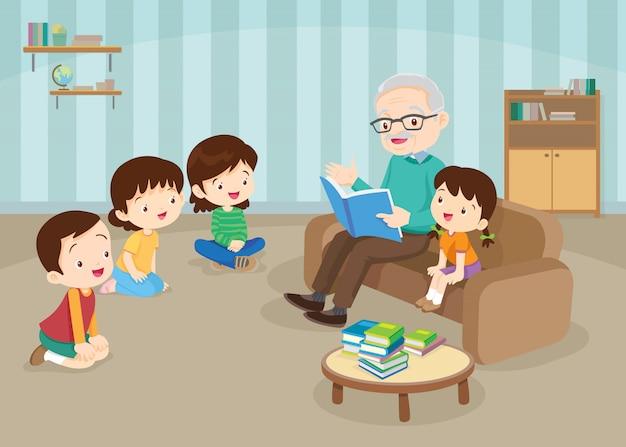 Бабушка и дедушка с внуками читают на диване