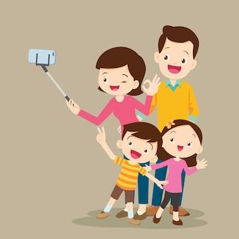 Счастливая семья делает селфи