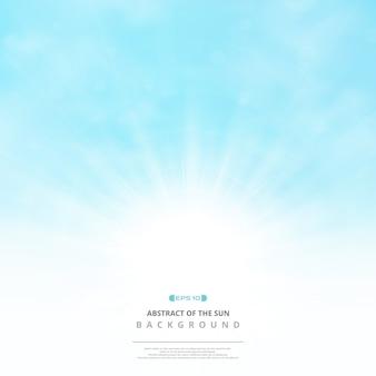柔らかい青空の背景に雲と太陽の抄録。