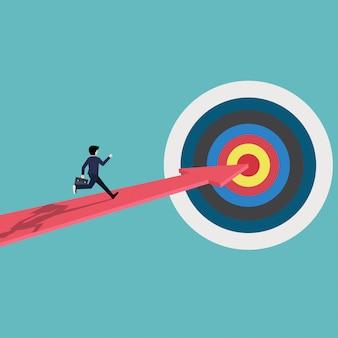 Бизнесмен бежит по красной стрелке к цели успеха