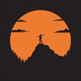 太陽の下で山の男をシルエットします。