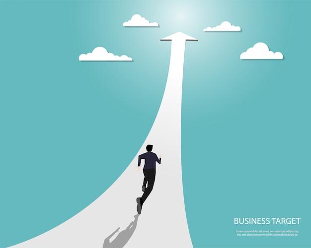 Бизнесмен бежит по стрелке к цели
